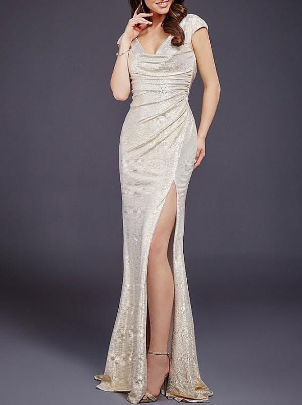 Длинное платье в пол с разрезом на ноге