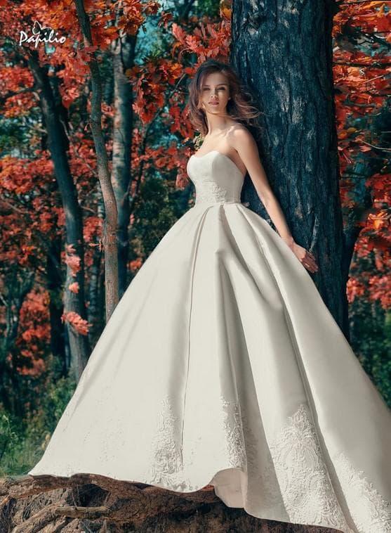 Пышное свадебное платье с кружевной каймой