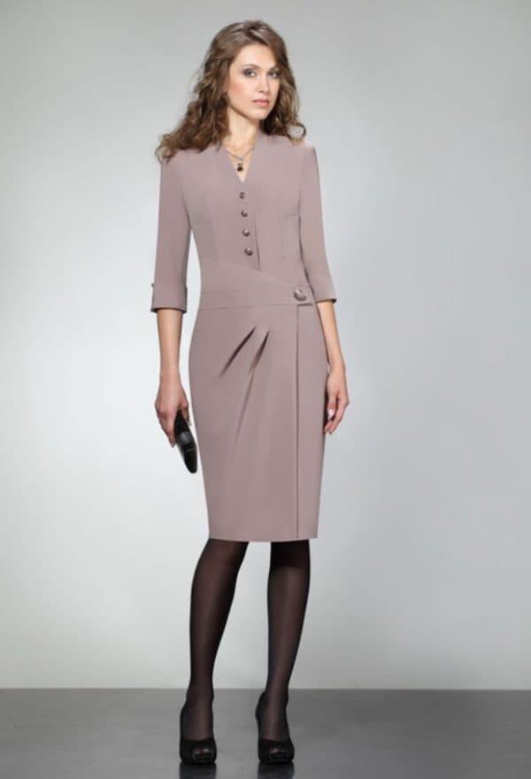 Деловое платье с элегантным кроем для женщин после 50 лет
