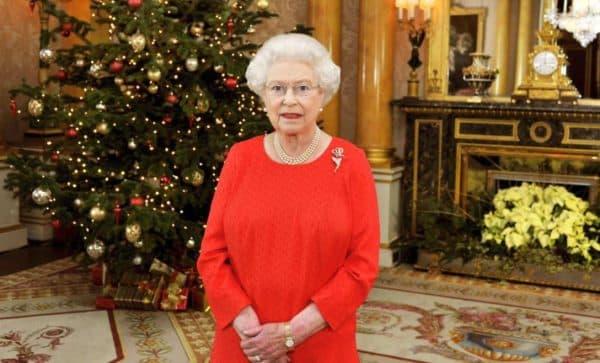 Красное платье в деловом стиле Елизаветы 2