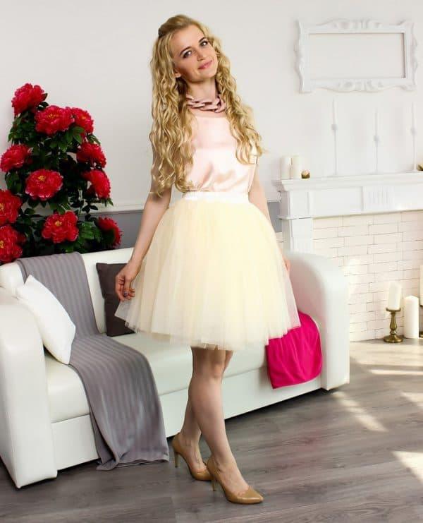 Кремовая юбка-пачка и розовый атласный топ