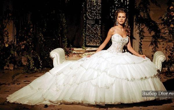 Белое пышное платье обшитое жемчугом