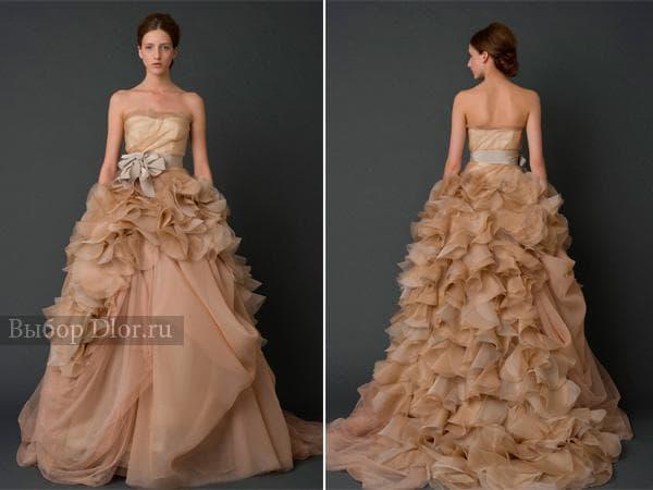 Шикарное свадебное платье с пышной юбкой бежевого цвета и серым поясом