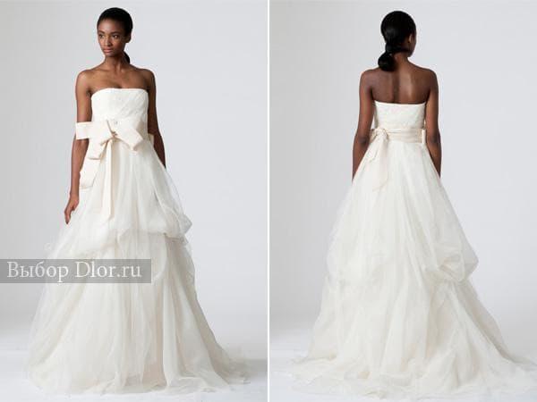 Пышное свадебное платье без бретелей с поясом