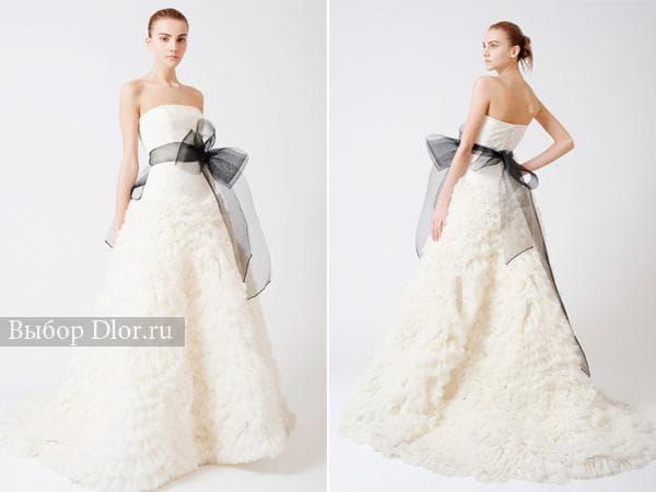 Белое свадебное платье с заниженной талией и черным поясом