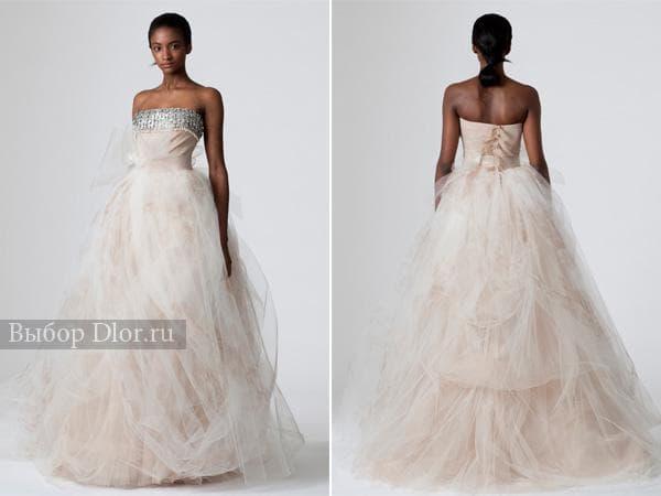Светло-бежевое свадебное платье с пышной юбкой и серебряным ободком по верху