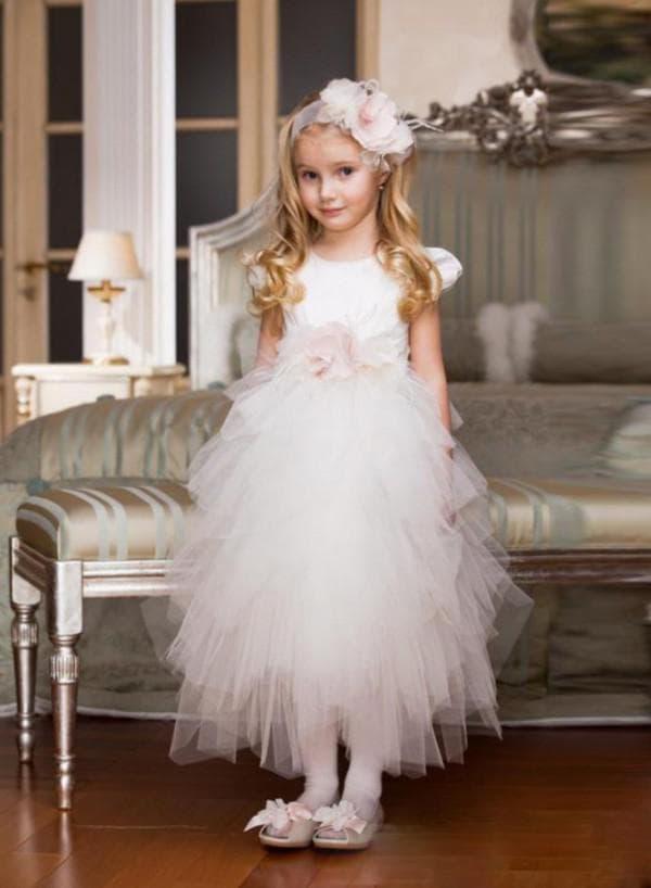 Девочка 10 лет в платье на свадебном торжестве