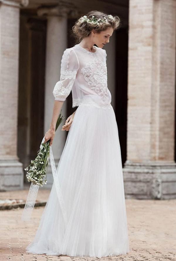 Длинное кружевное платье с рукавами