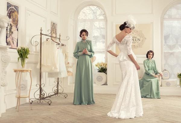 Длинное свадебное платье с кружевной баской