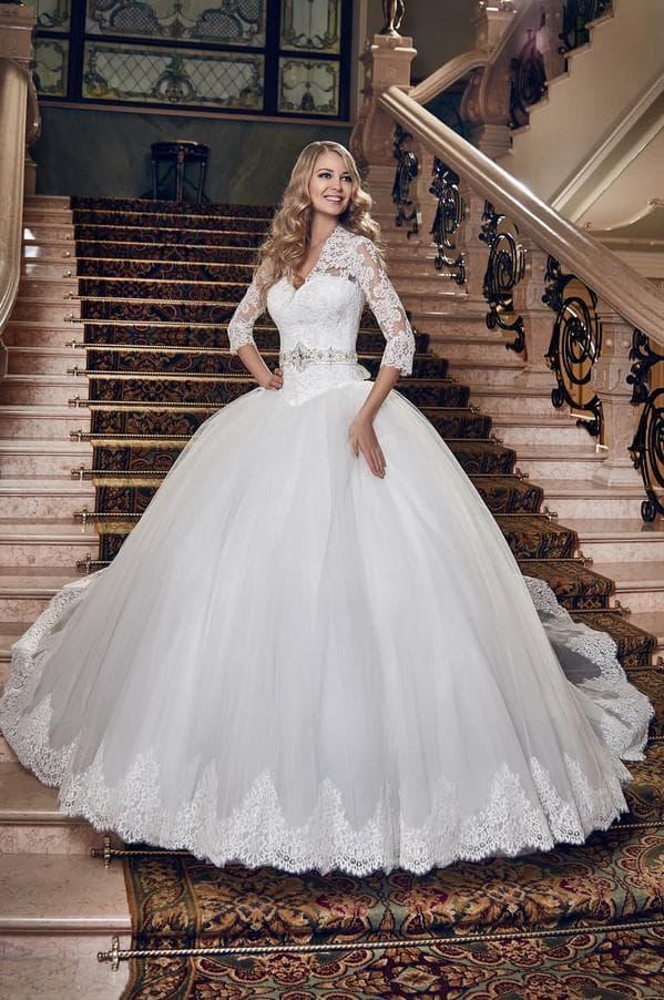 Свадебное платье с кружевной вставкой по низу