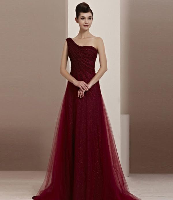 Длинное платье бордового цвета для праздничного выхода