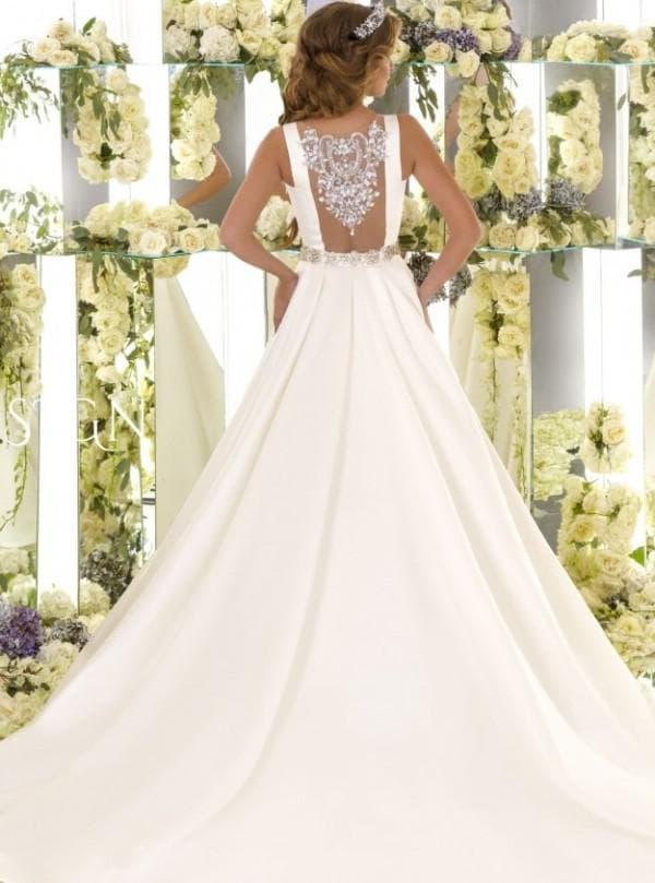Свадебное платье с открытой спиной и атласной юбкой