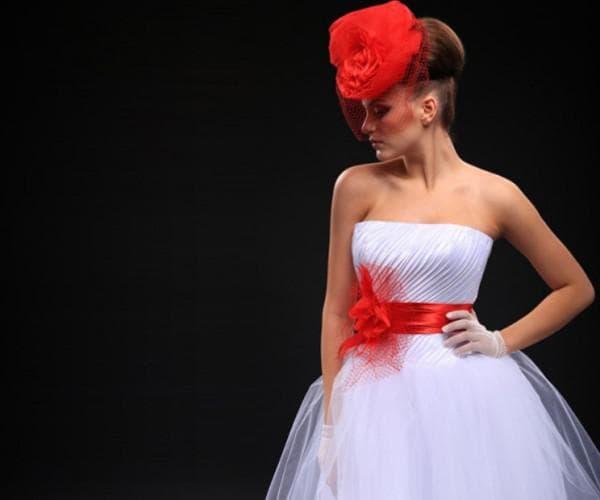 Свадебное платье с красным поясом и вуалеткой