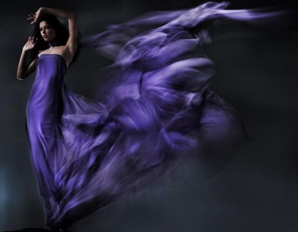 Длинное фиолетовое платье со шлейфом