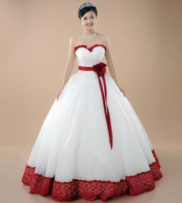 Пышное свадебное платье с декором красного цвета