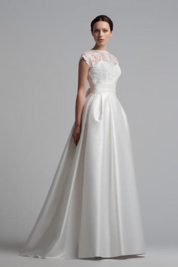 Свадебное платье с кружевным лифом без рукавов