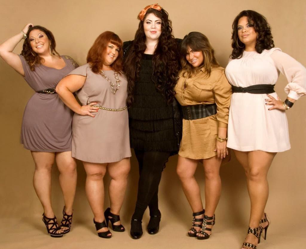 Невысокие женщины размера сайз плюс в платьях