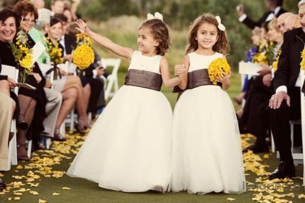 Платья в едином стиле для девочек на свадьбу