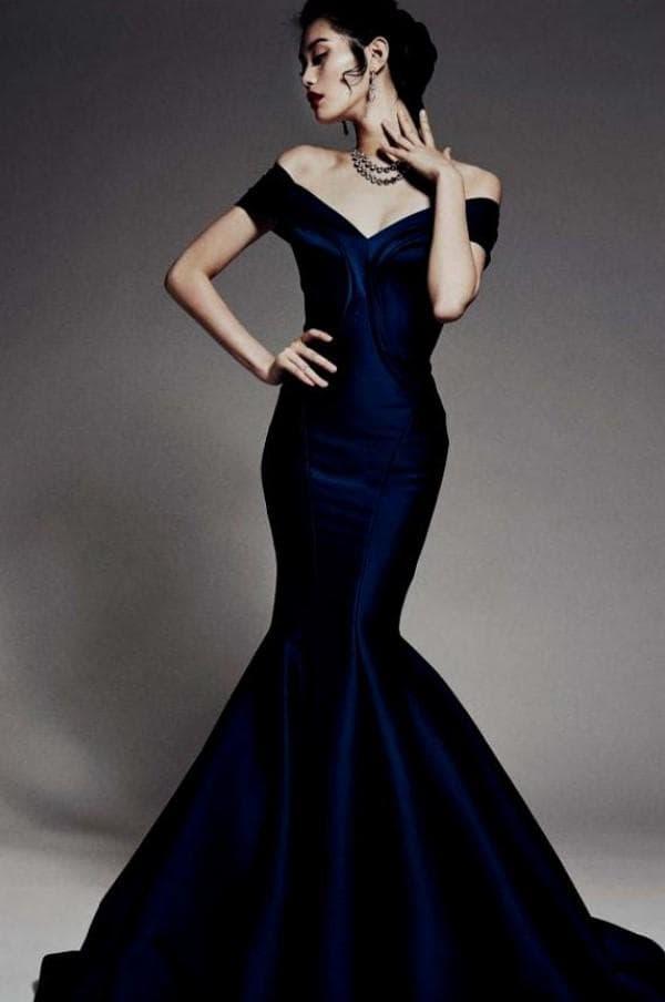 Пышное темно синее платье в пол