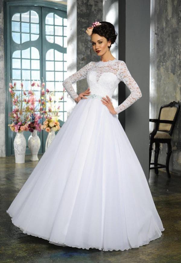 Свадебное платье с кружевными лифом и длинными рукавами