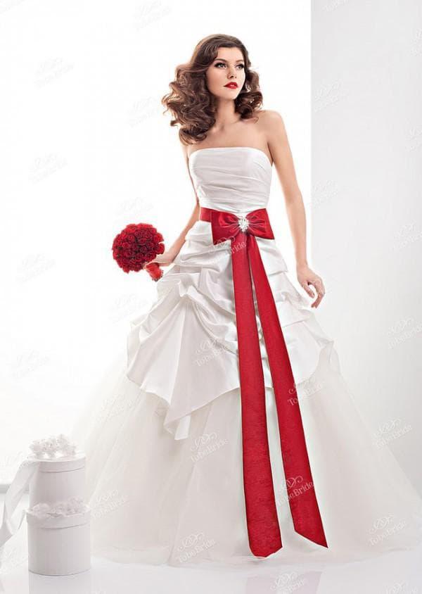 Свадебное платье в пол с красным бантом спереди