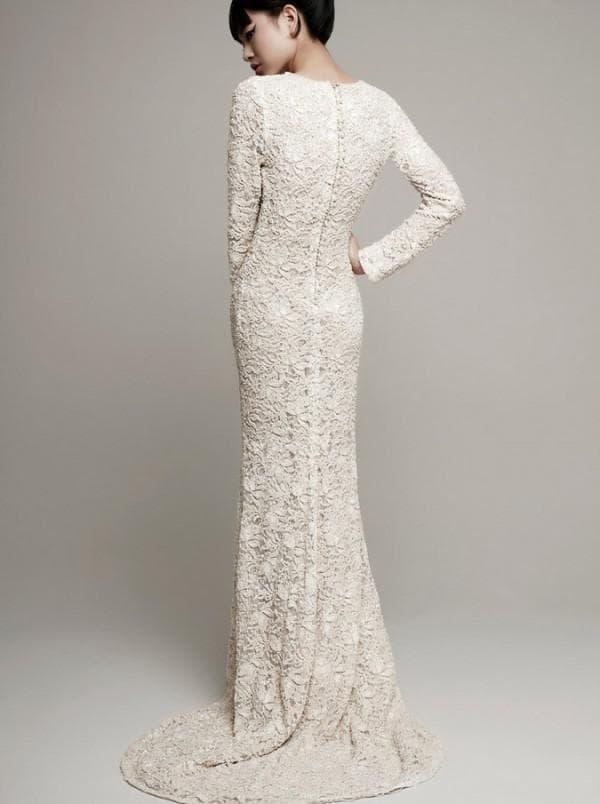 Длинное кружевное платье со шлейфом и рукавами