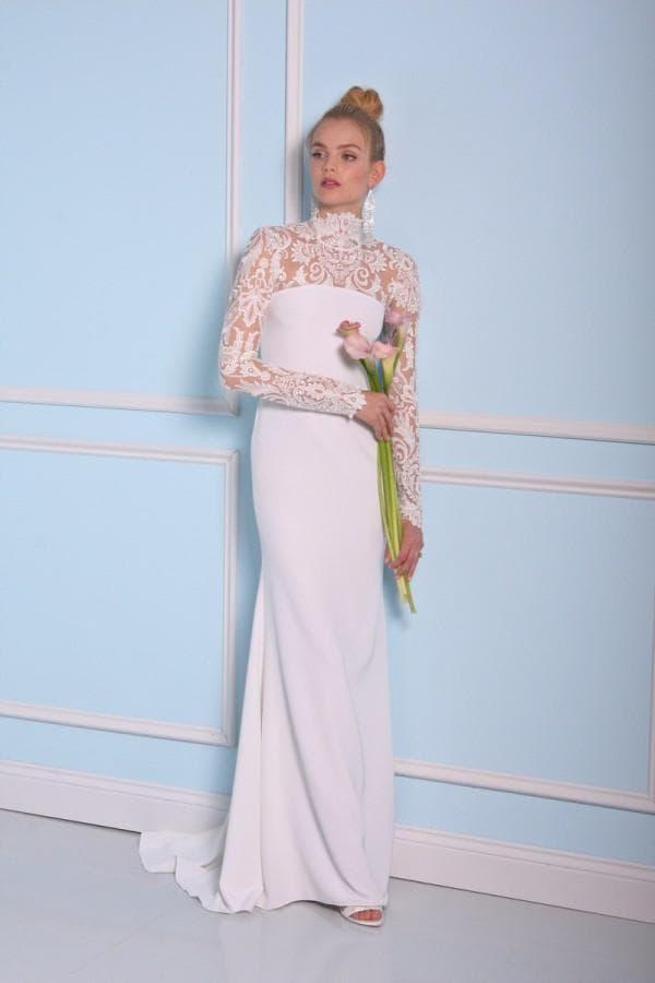 Белое прямое платье невесты с кружевом