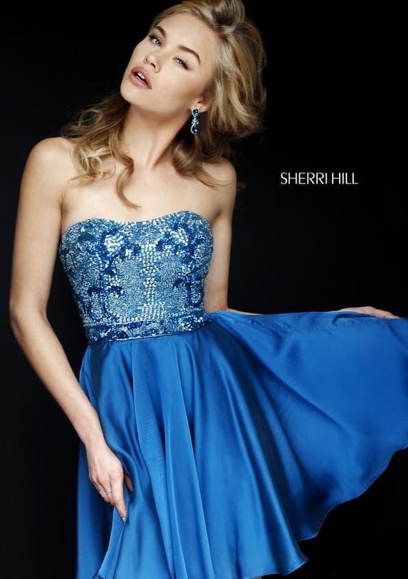 Короткое синее атласное платье с вышивкой