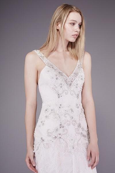 Свадебное платье с кружевным лифом и открытой спинкой