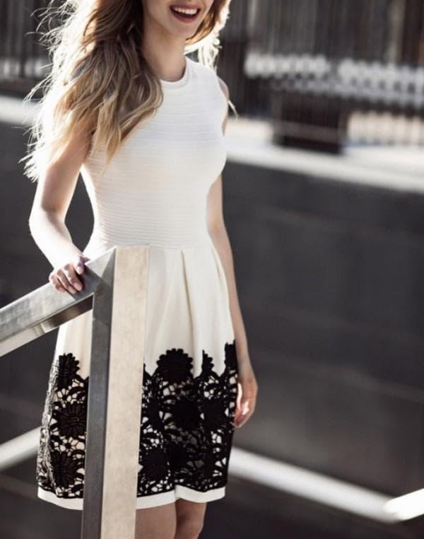 Белое платье с черной вышивкой