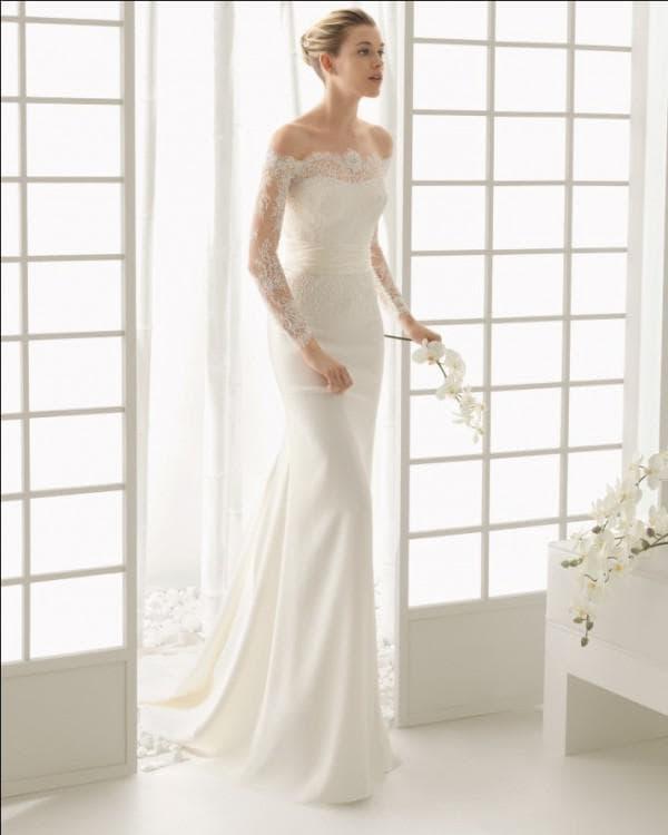 Прямое свадебное платье с открытыми плечами из кружева