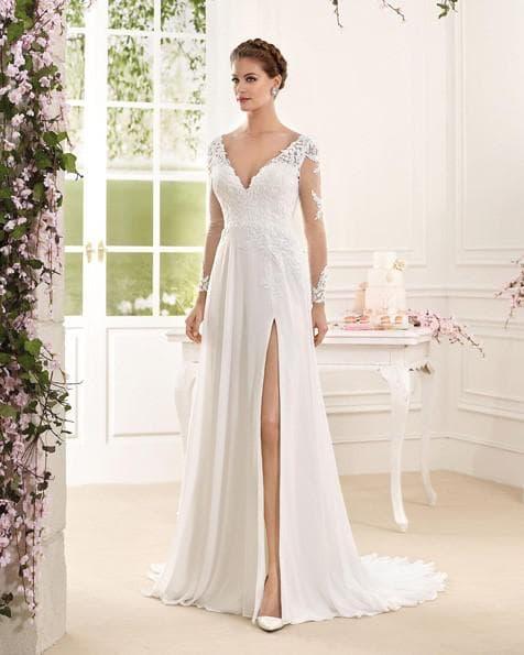 Кружевное прямое свадебное платье с разрезом на ноге