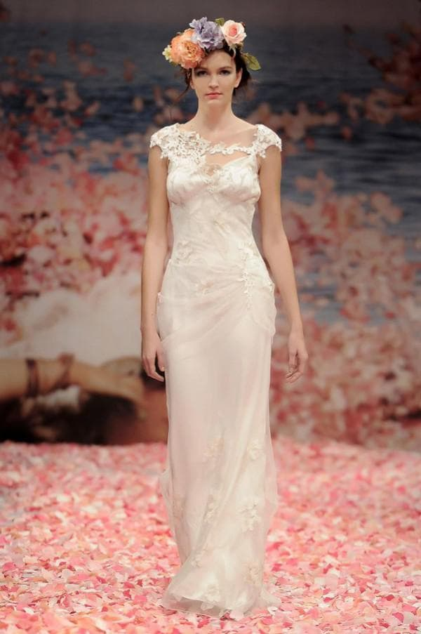 Свадебное платье бохо и венок на голове