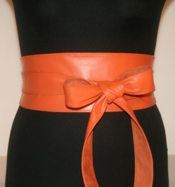 Оранжевый пояс кушак на черном платье