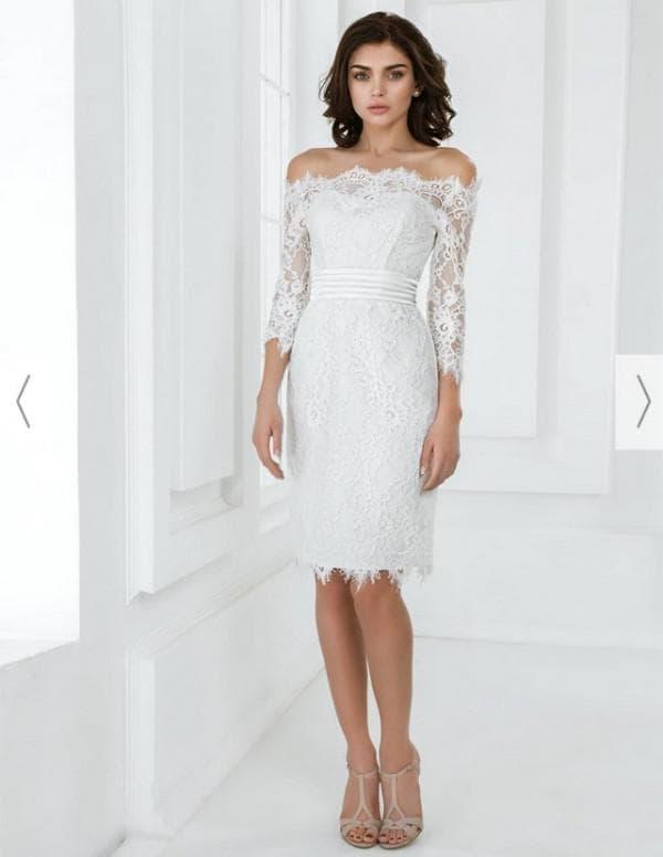Короткое прямое свадебное платье с кружевом