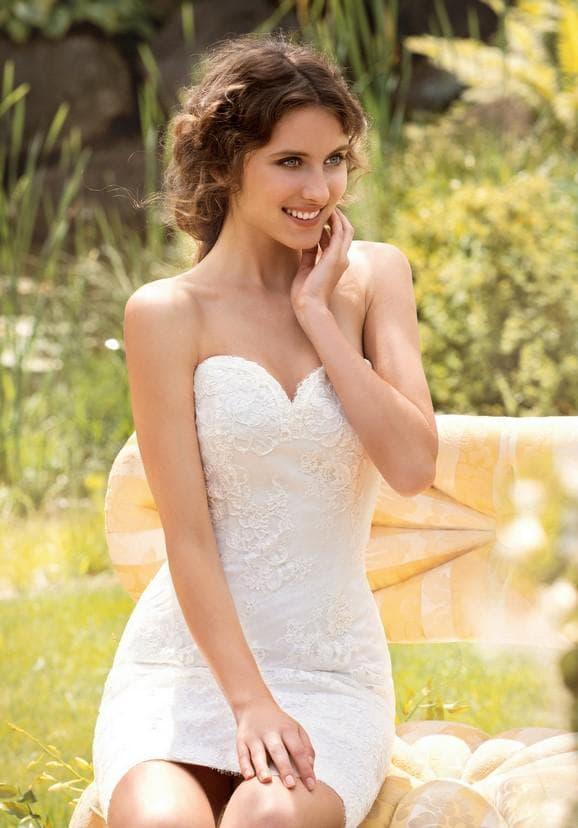 Короткое кружевное платье невесты облигающее