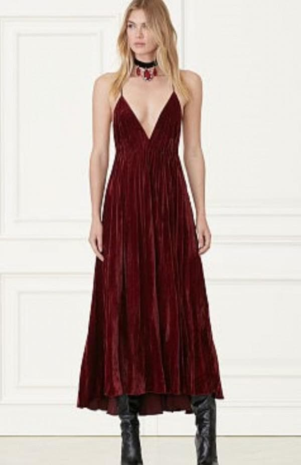 Красное платье миди с глубоким декольте