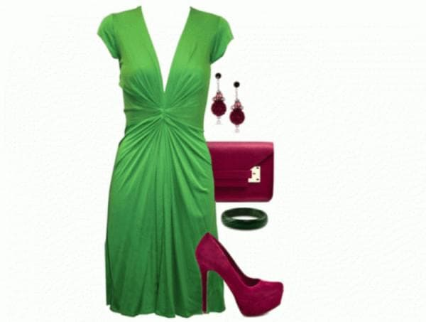 Зеленое платье и бордовые туфли