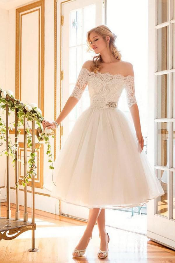 Короткое свадебное платье с кружевом и рукавами