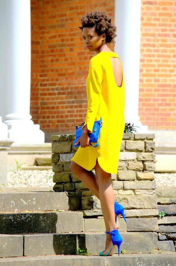 Желое платье с синими туфлями