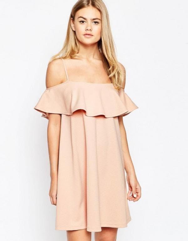 Бежевое короткое платье с воланами на плечах