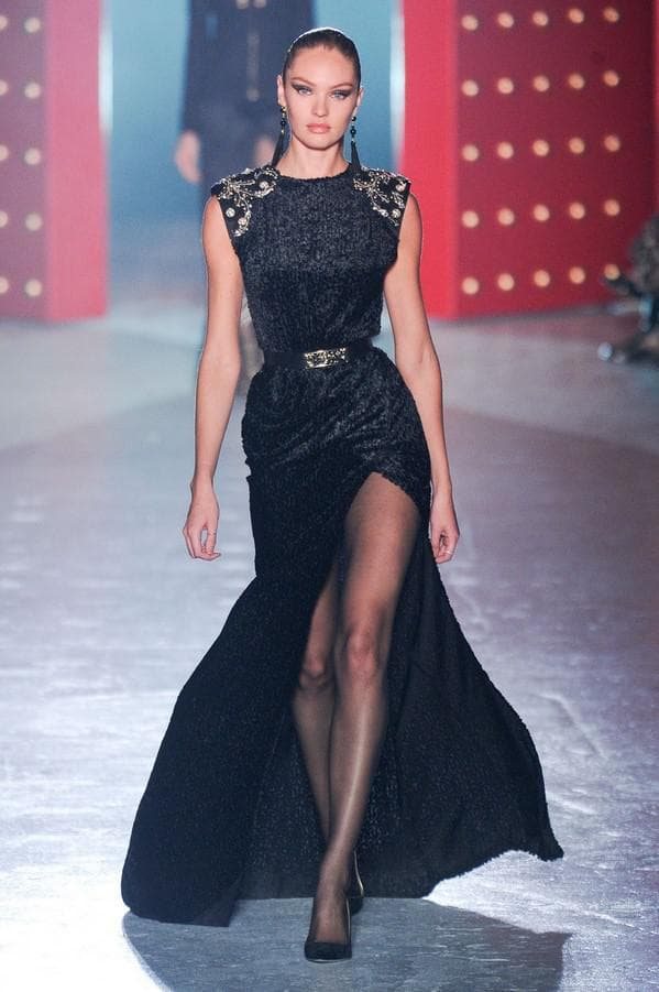 Черное платье с разрезом на бедре