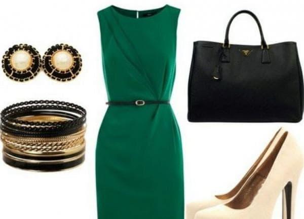 Зеленое платье и бежевые туфли