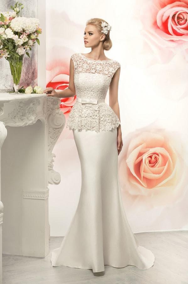 Прямое свадебное платье с баской