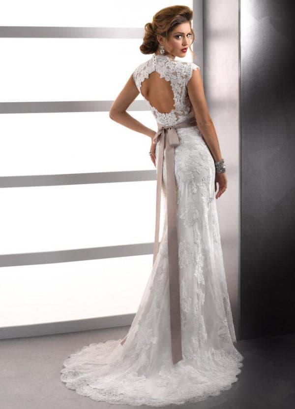 Кружевное свадебное платье с открытой спинкой