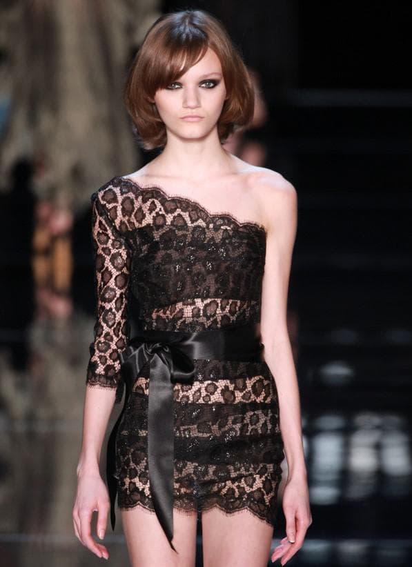 Черное мини платье облегающего кроя