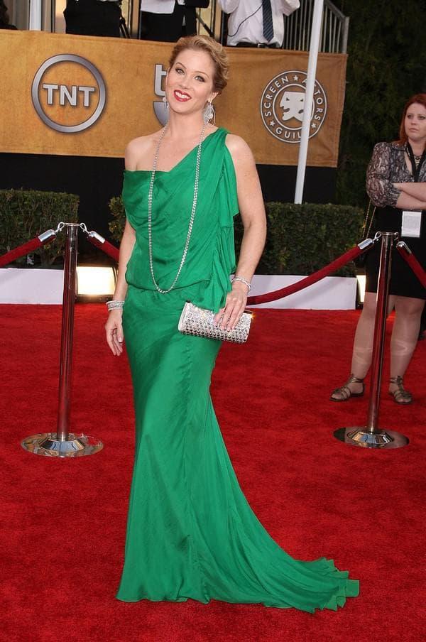 Зеленое платье в пол через одно плечо
