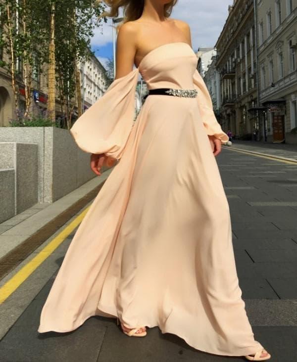 Длинное платье с открытыми плечами на выпускной