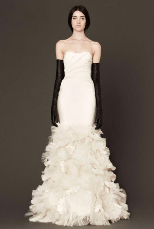 Кремовое свадебное платье в пол