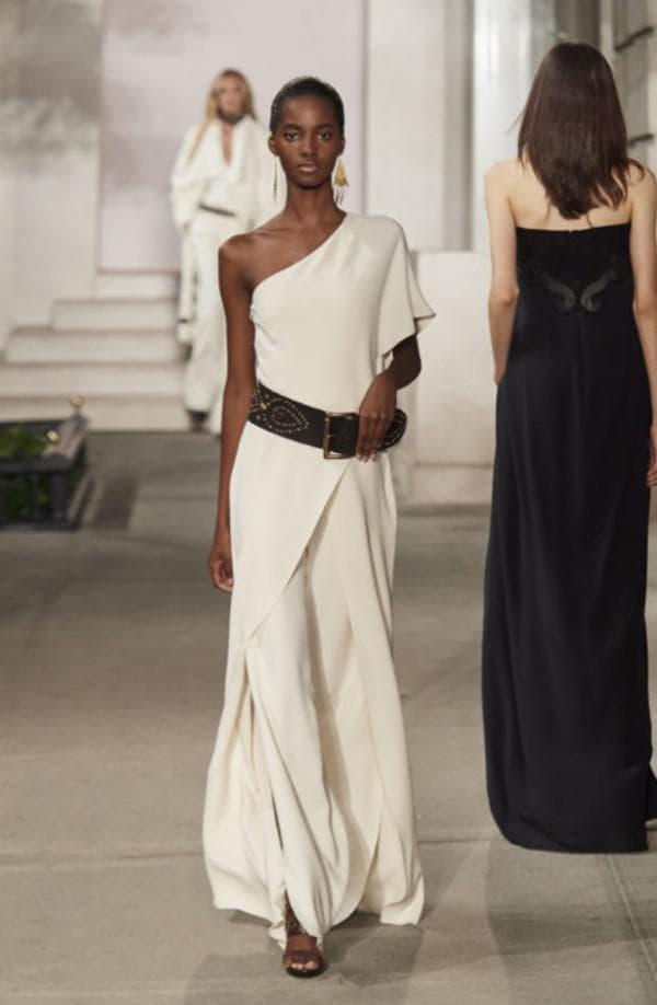 Белое вечернее платье с одним плечом